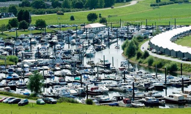 Die eigene Jachthafen mit einer menge von Einrichtungen