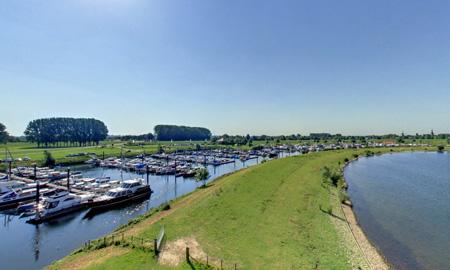 Jachthaven Eiland van Maurik vanaf de dijk