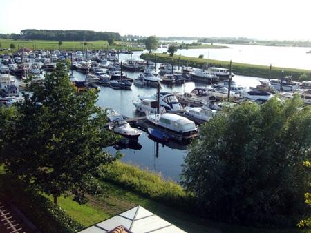 Jachthaven Eiland van Maurik vanaf het havengebouw